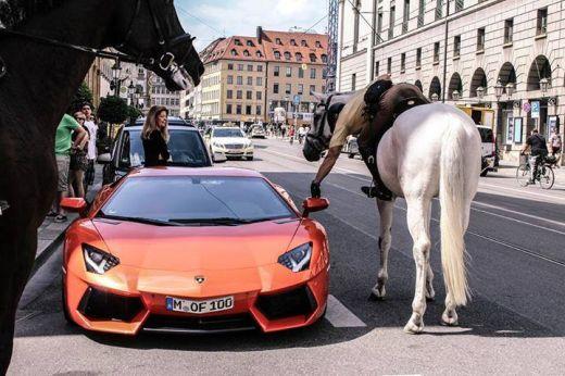 Cel_mai_lenes_politist_din_lume!_Soferul_unui_Lamborghini_a_fost_socat_cand_l-a_vazut!_Vezi_cum_i-a_dat_amenda_2